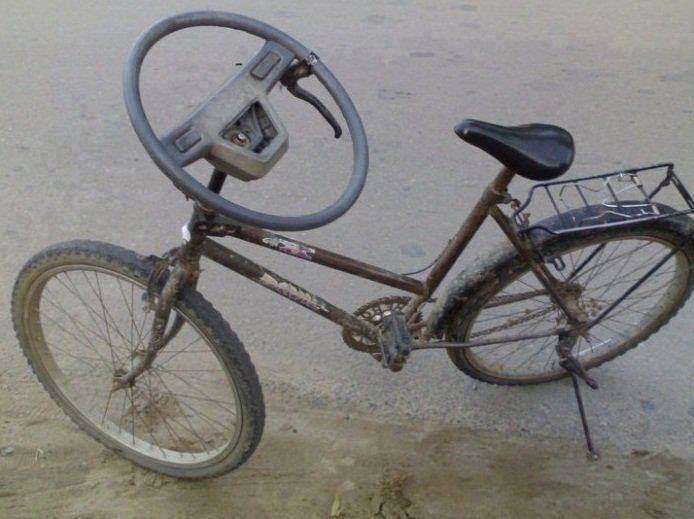 شخص, يضع ,مقود, سيارة, على, دراجة, هوائية