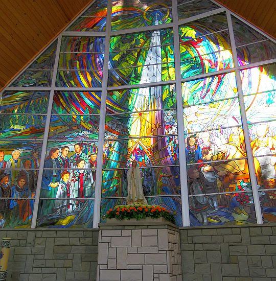 Figura Matki Bożej Fatimskiej w Ołtarzu Papieskim.