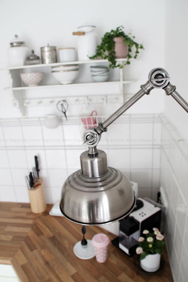 Mit leichten Pastellfarben zieht der Frühling in die Küche ein! Küchenumstyling mit neuen Gelenk-Lampen! Blick auf die Lampe