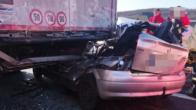 Tragédia az M1-esen: brutális baleset történt, kamion alá szorult egy autós