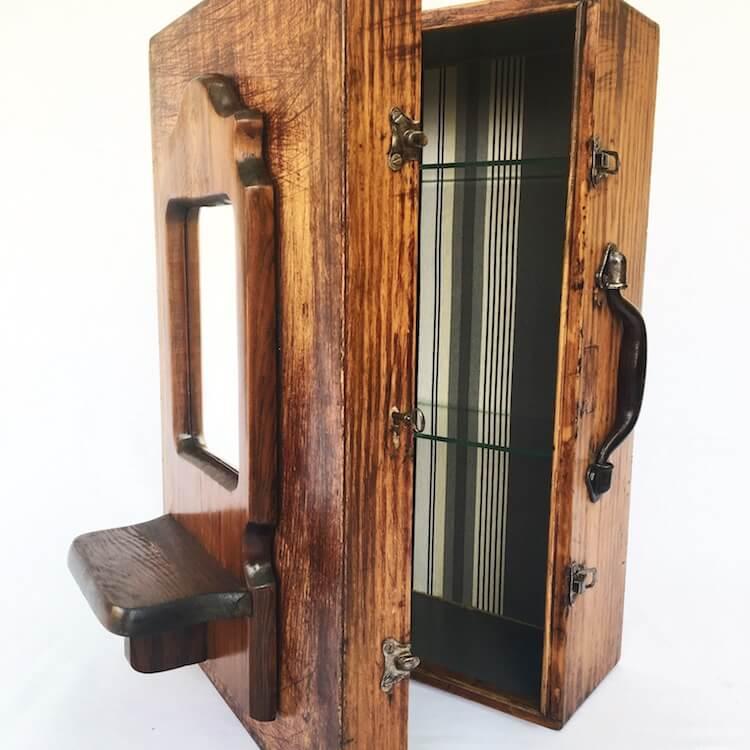 Viaje maleta transformada en un armario tipo vintage
