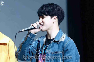 Gambar Park Jimin BTS sedang bernyanyi