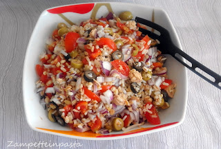 Insalata ai 5 cereali con tonno, pomodorini e olive