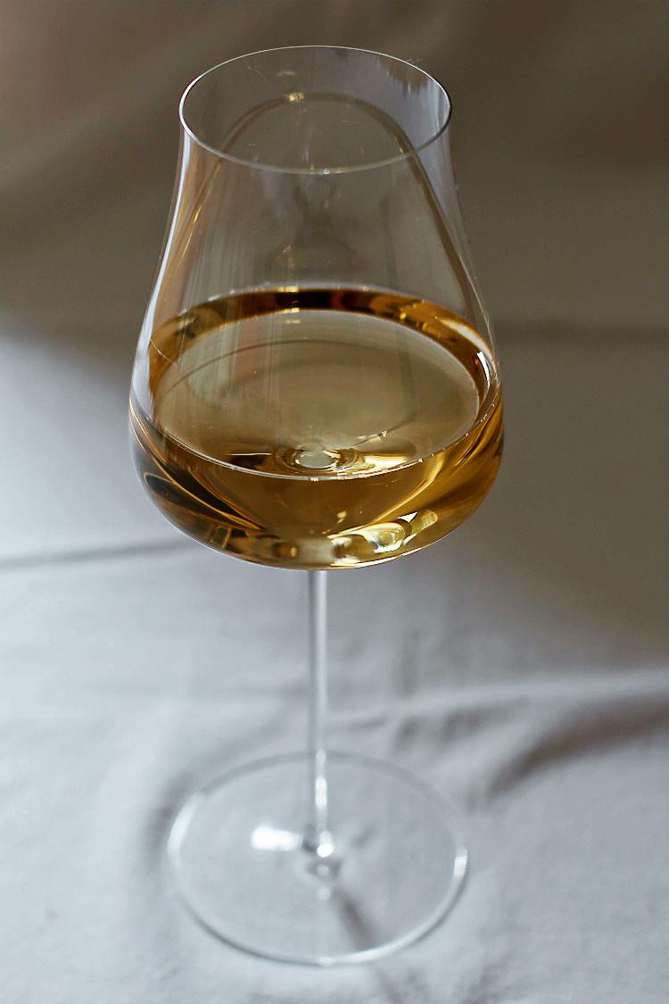 Spargelwein: Blanc de Noir von Weingut Bäder, Rheinhessen, Biolandbetrieb. Hier im mundgeblasenen Riesling Gran Cru Glas von Zwiesel 1872 | Arthurs Tochter kocht. Der Blog für Food, Wine, Travel & Love von Astrid Paul
