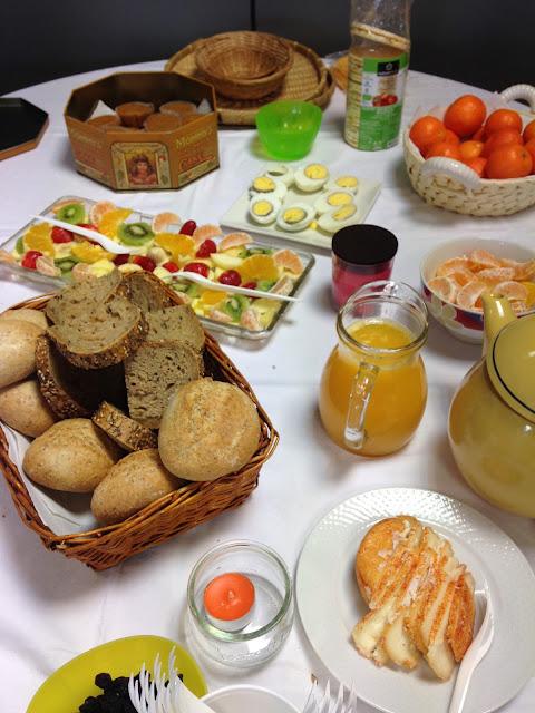 mesa com pequeno almoço