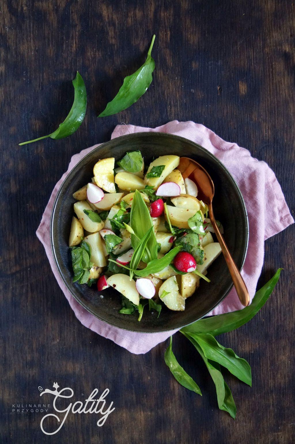 salatka-ziemniaki-zielone-listki-na-drewnianym -tle