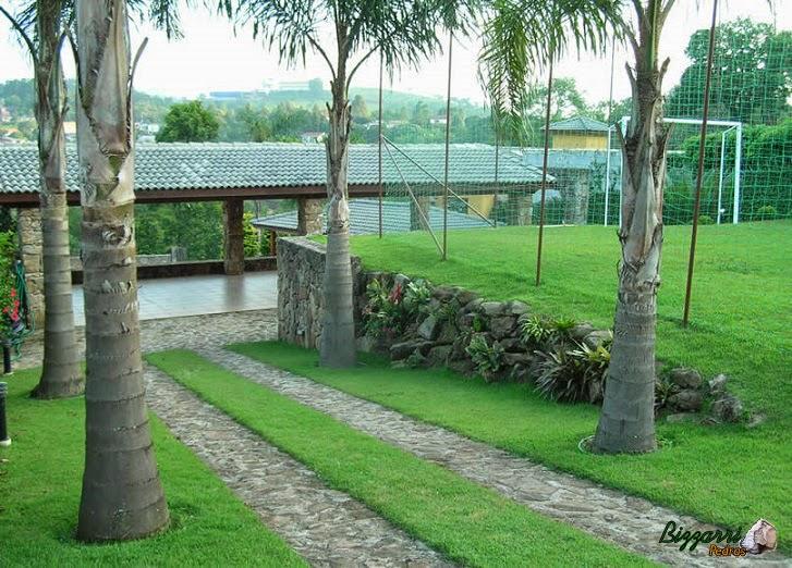 Nesse sítio em Mairiporã-SP executamos os muros de pedras de dois jeitos diferentes. O muro de pedra faceado e o muro de pedra sem cimento com nichos para a execução do paisagismo. Executamos a garagem para os carros com caminho de pedra e o campo de futebol.
