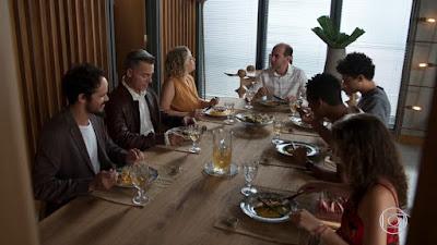 Max (Roberto Bomtempo) convidou Guga (Pedro Alves) e Serginho (João Pedro Alves) para um almoço que oferece a um cliente e seu marido, em 'Malhação - Toda Forma de Amar' — Foto: TV Globo