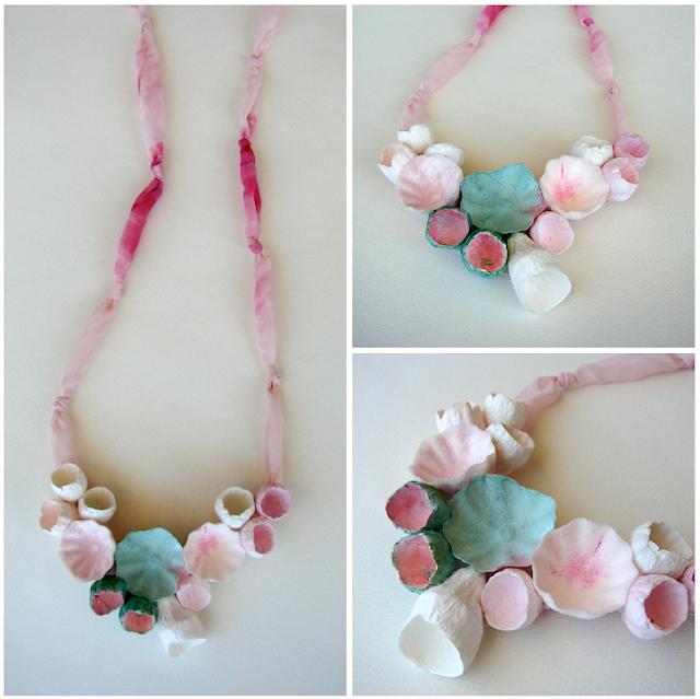maxi collana con fiori di carta dipinti e tessuto, rosa, verde.