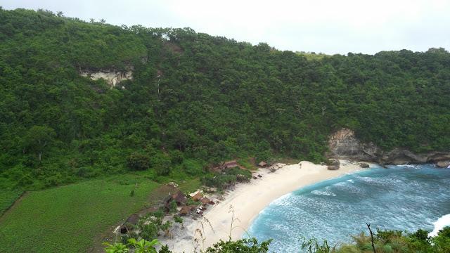 Pesona Pantai Atuh Nusa Penida