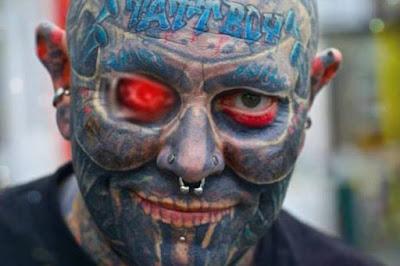 Γνωρίστε τον άντρα που έχει ξοδέψει $100.000 για να καλύψει με τατουάζ όλο του το σώμα
