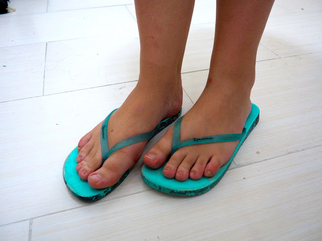Dressing In Denim | outfit shoe details of turquoise blue flip flops