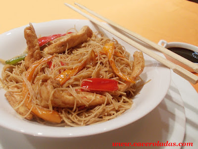 fideos de arroz chino con pollo y verduras