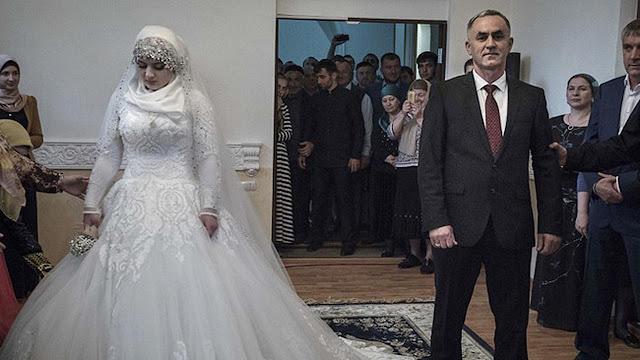 Gadis 17 Tahun Terpaksa Menikahi Pria Tua karena Diancam oleh Polisi