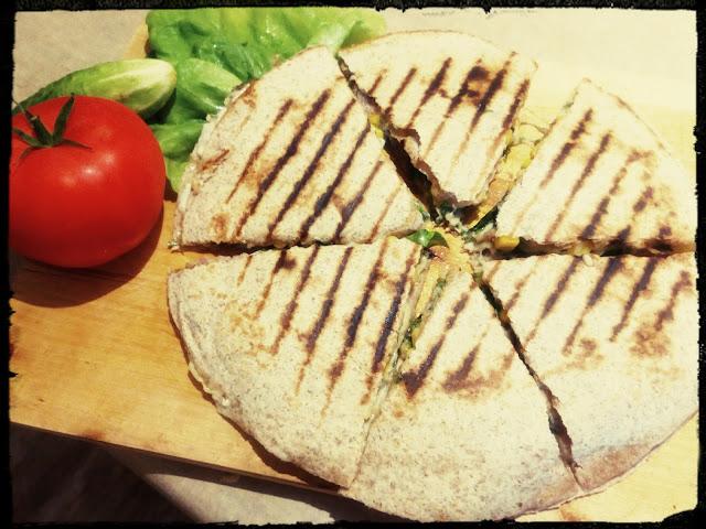 quesadilla tortilla grilowana wieprzowina warzywa sos czosnkowy