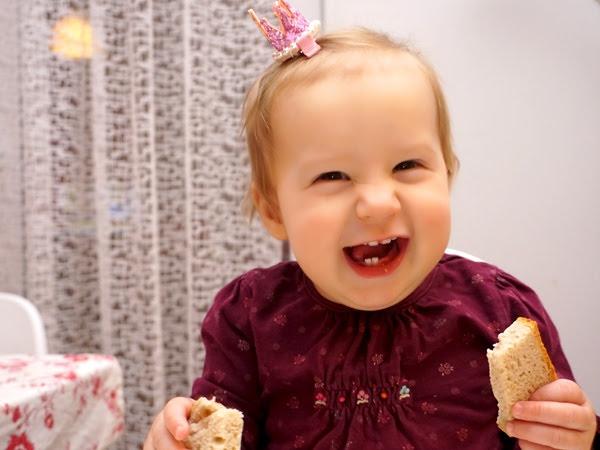 roczna uśmiechnięta dziewczynka w koronie, Hania