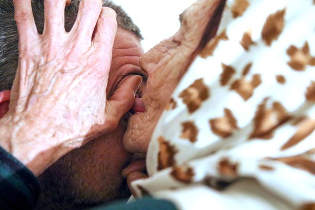 عجوز بوسنية تنظف مقلة العين بواسطة لسانها !!
