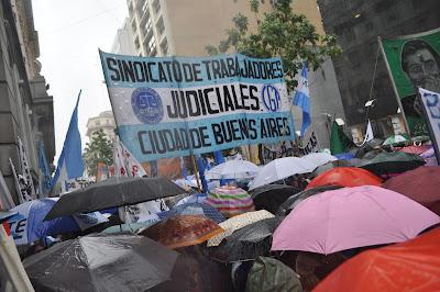 """Multitudinario acto bajo la lluvia, contra el """"ajuste del gobierno de Horacio Rodriguez Larreta"""" y exigiendo """"paritarias sin techo"""""""