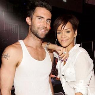 Foto de Adam Levine feliz junto a Rihanna