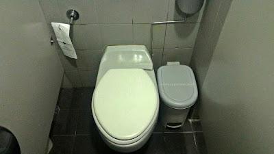 toilet di bandara suvarnabhumi bangkok thailand, colokan listrik di thailand, mushola di suvarnabhumi airport, toilet bandara suvarnabhumi