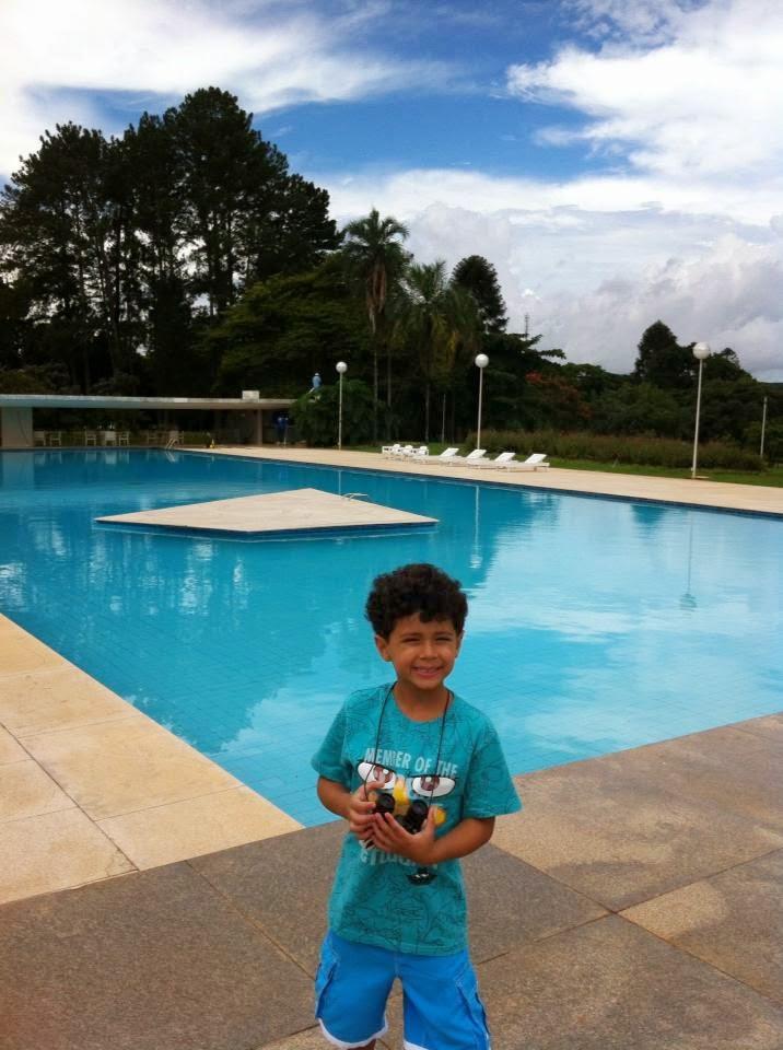 Criança em frente à piscina do Palácio da Alvorada, Brasília