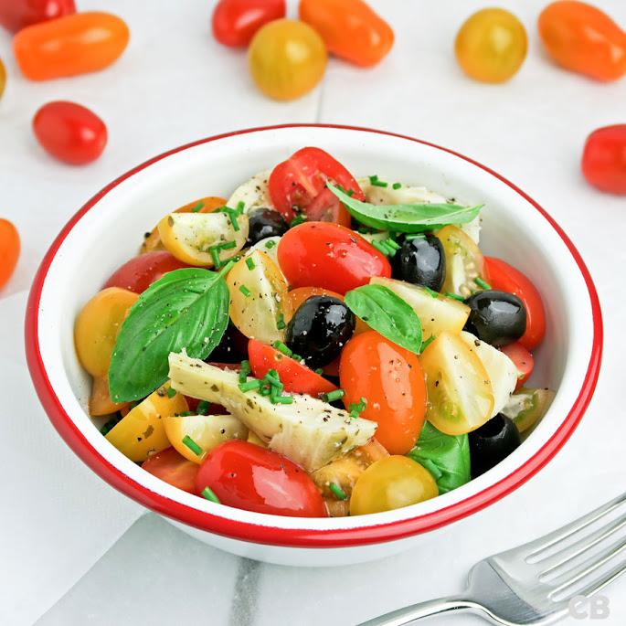 Recept Salade van cherrytomaatjes, artisjokkenharten, zwarte olijven en verse kruiden