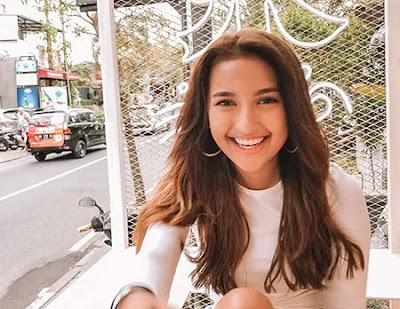 Jennifer Coppen Senyum