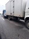Carro fica prensado entre dois caminhões em trânsito decorrente de um outro acidente em São Pedro da Aldeia