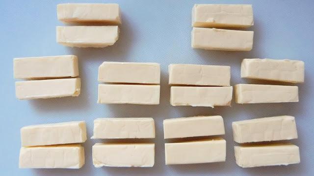プロセスチーズは長方形になるように半分に切る