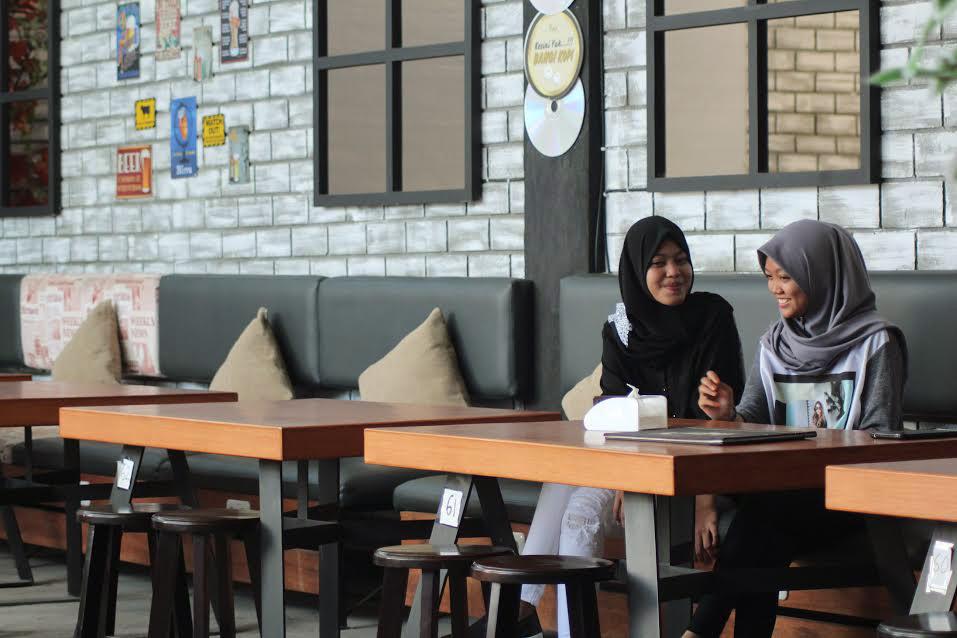 Mahaiswi Cantik Jilbab Nongkrong di Cafe