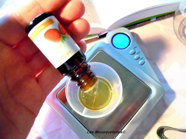 L'ajoute de l'extrait de fraise bio - Smoothie de Douche - Blog beauté Les Mousquetettes©
