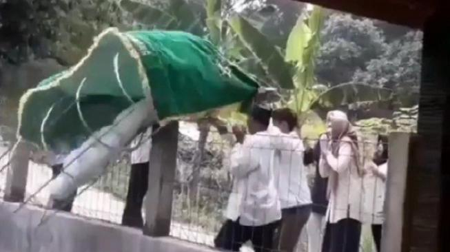 Viral, Jenazah Tercebur Kolam Saat Dibawa ke Pemakaman