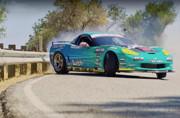 Matt Field derrapando con su Chevrolet Corvette