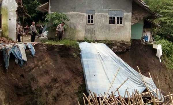 abrasi sungai ancam pemukiman warga di majalengka