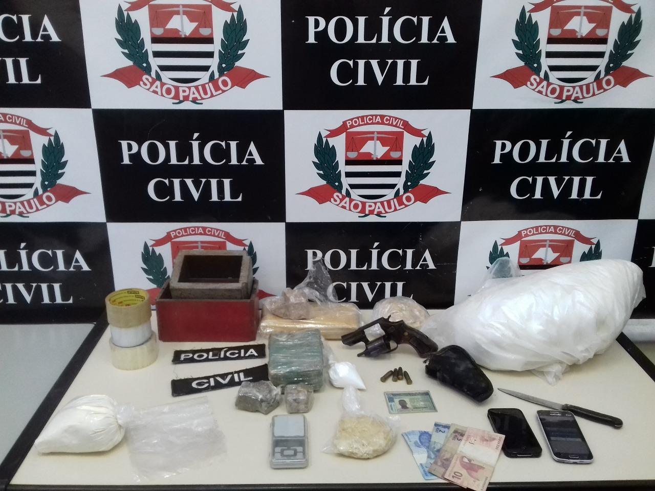 Na chácara em que Zé Cabelo reside, foram apreendidos cerca de um quilo e  meio de cocaína, um quilo e meio de crack, cem gramas de maconha e cinco  quilos e ... 72b038c805