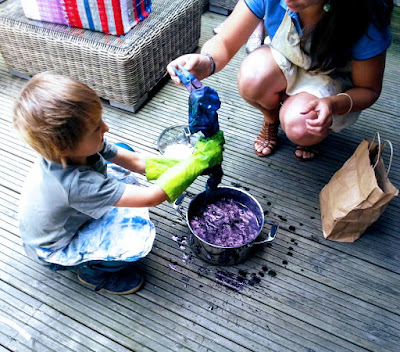 Homeschooling : dyeing with indigo