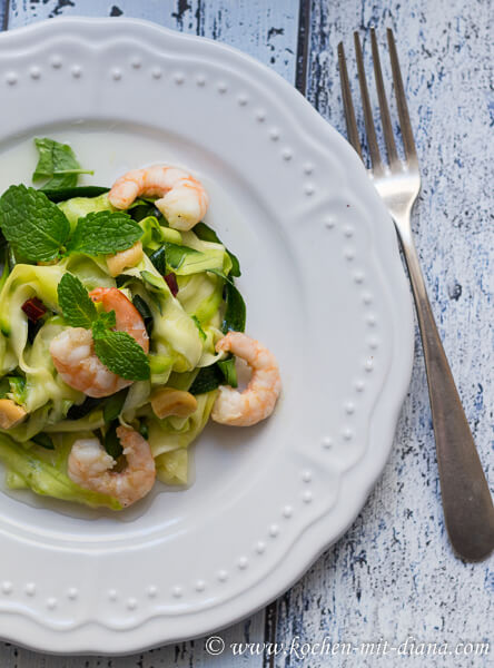 Courgette-chilli-mint salad with prawns