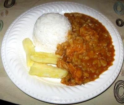Foto de un plato con carapulcra, arroz y yuca