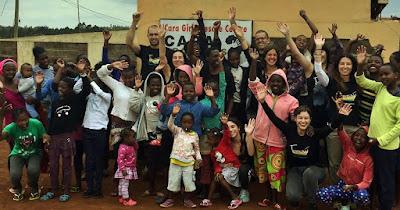 Clara y Alberto hicieron voluntariado junto a niñas con pocos recursos de Kenia