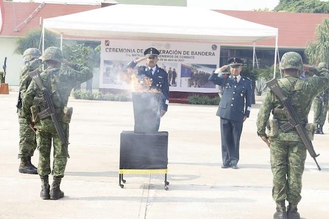 Militares despiden Bandera de Guerra