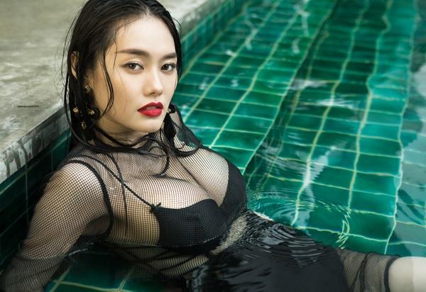 Á Hâu Linh Chi khoe ngực khủng 4