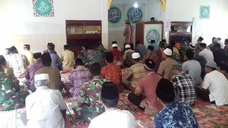 Satgas TMMD Ke 104 Kodim 0417/Kerinci Sholat Jum'at Bersama Warga