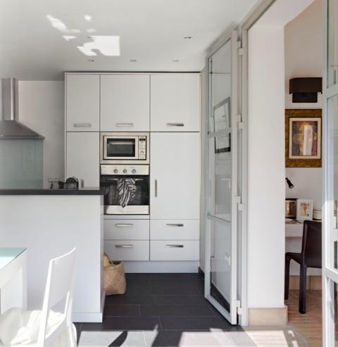 puerta acristalada acceso a la cocina