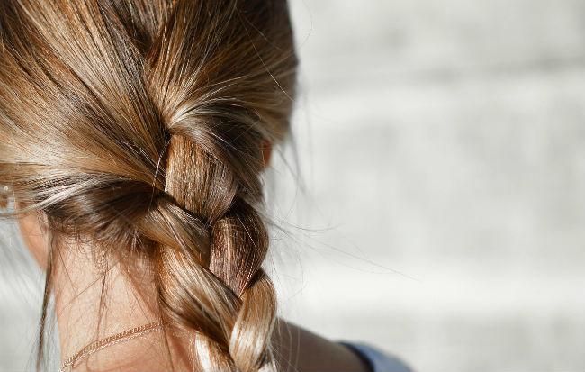Donna con treccia ai capelli