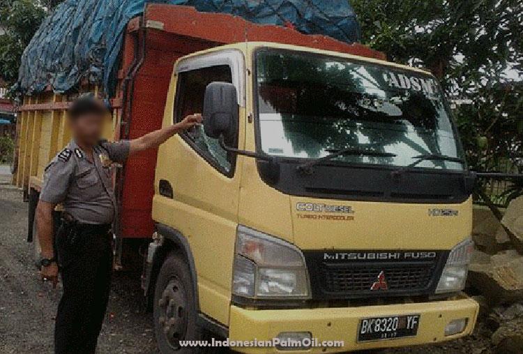truk bermuatan buah sawit dirampok