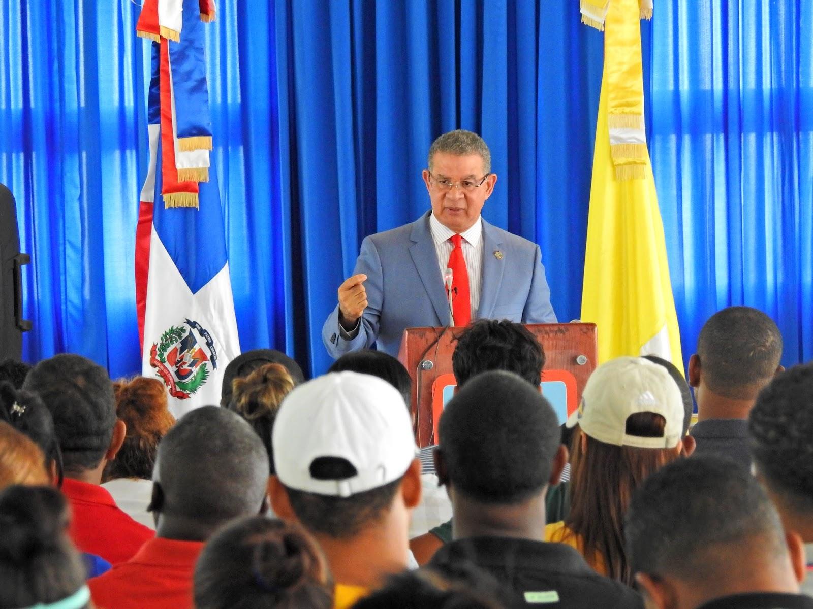 Juez del Tribunal Constitucional dicta conferencia en UCATEBA sobre el origen y valor de los símbolos patrios
