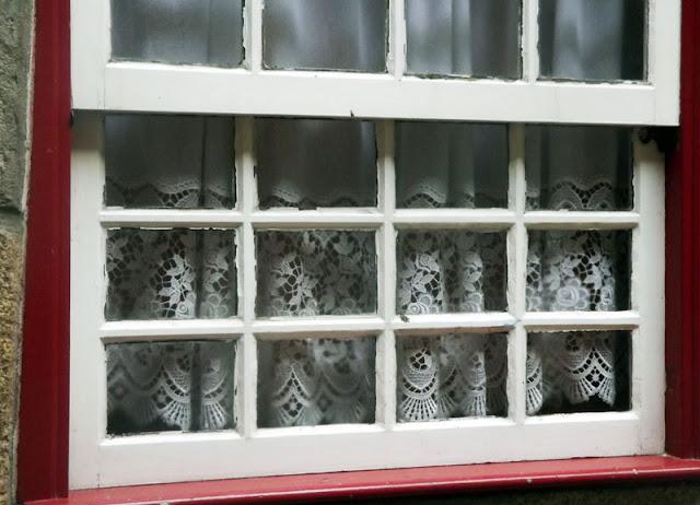 costina com bordados na janela