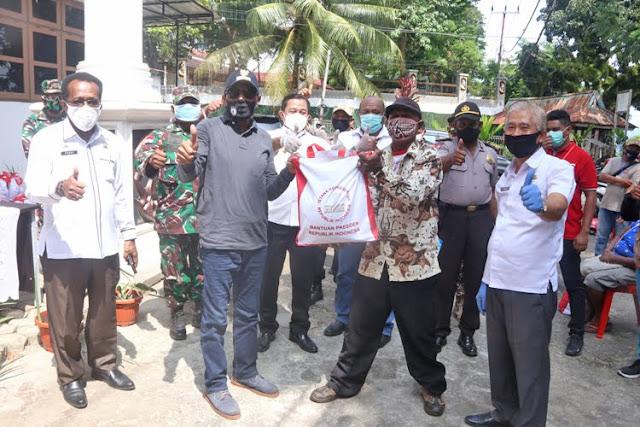 Benhur Tomi Mano Serahkan Bantuan Presiden ke Masyarakat Terdampak Covid 19 di Kota Jayapura