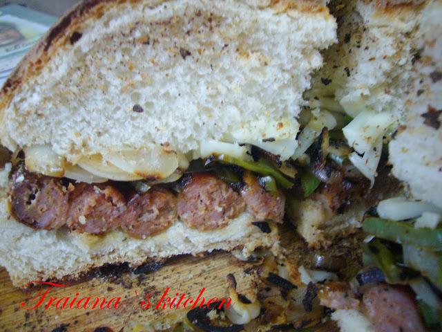 Гигантски хамбургер с наденица