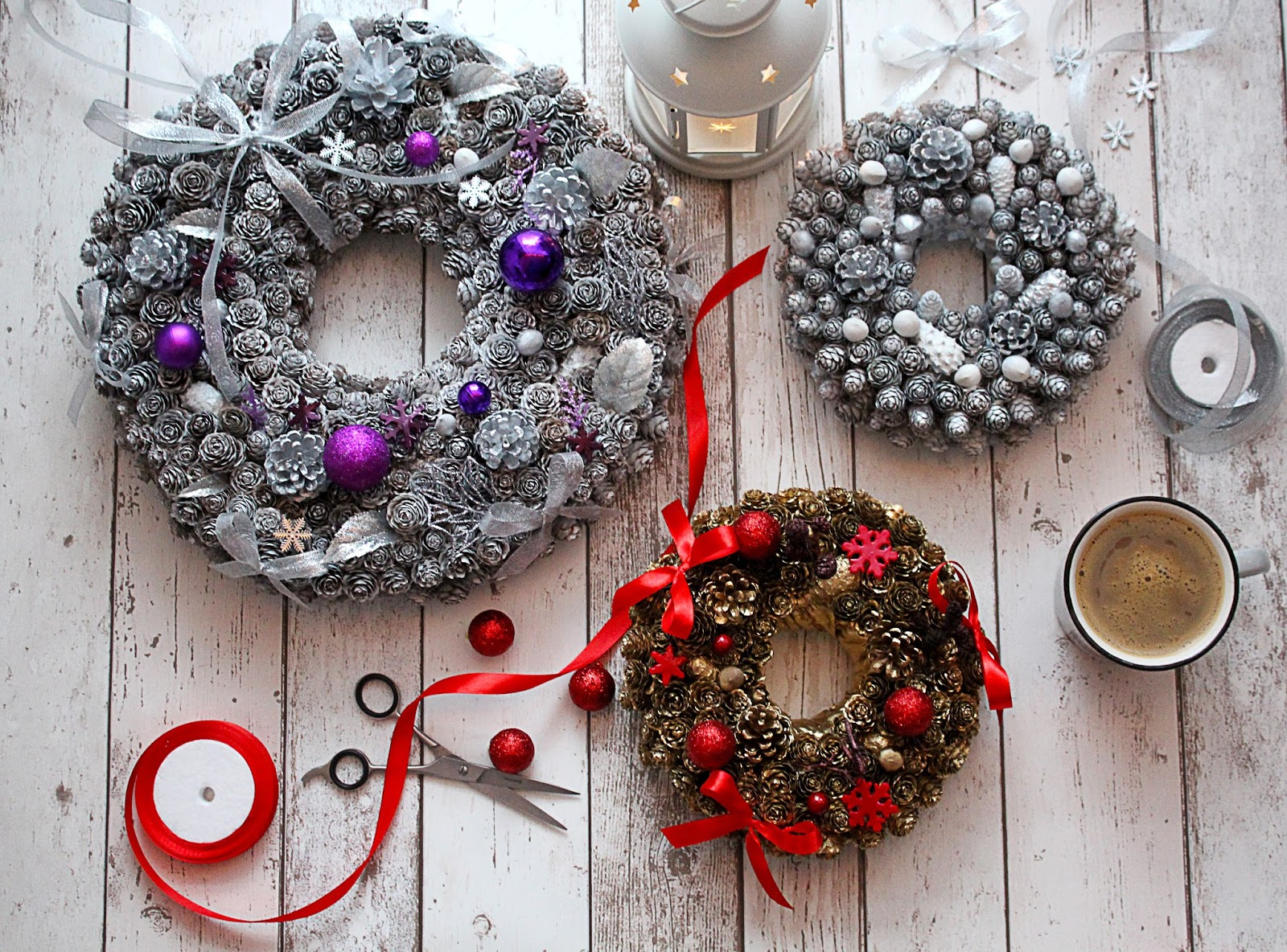 Pomysły na dekoracje świąteczne z szyszek